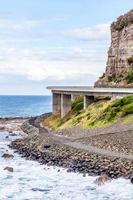 puente cerca del océano