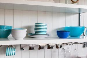 Tazones de cerámica surtidos en un estante blanco