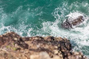 vista aérea de un acantilado cerca del océano.