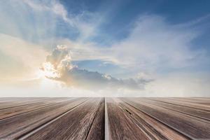 piso de madera con fondo de cielo foto