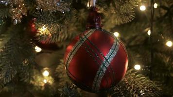 Weihnachtsschmuck auf einem großen grünen Baum
