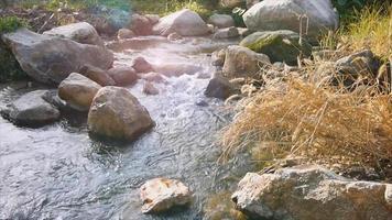 großer Felsen im Kanal mit Fackel