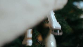 mulher decorando a árvore de natal