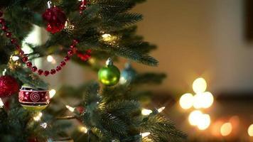schwingende Ornamente auf einem Weihnachtsbaum