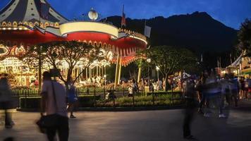 parque de atracciones con carrusel.