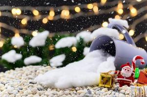 Fondo navideño con taza y objetos en miniatura.