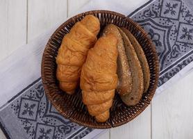 Croissants sobre tela sobre fondo de madera foto