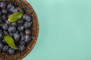 Vista superior de las pequeñas endrinas de fruta de color negro azulado