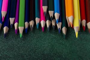 vista lateral de un juego de lápices de colores