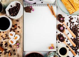 Vista superior de un cuaderno y granos de café.
