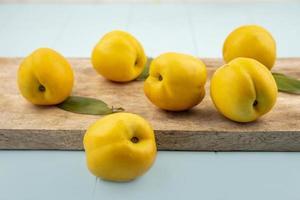 vista lateral de deliciosos melocotones amarillos frescos foto