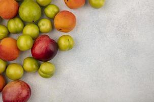 Vista superior de la fruta sobre fondo blanco con espacio de copia