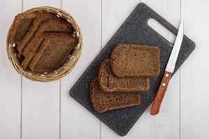 Vista superior de rebanadas de pan de centeno con cuchillo