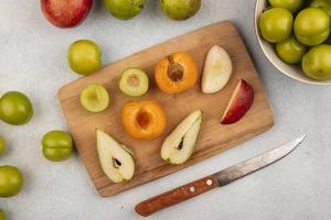 Top view of sliced fruit on cutting board
