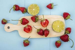 Vista superior de fresas frescas sobre una tabla de cocina de madera