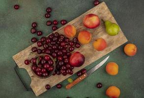 Vista superior del patrón de frutas en la tabla de cortar foto