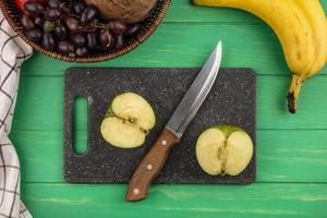 Vista superior de la manzana y el cuchillo en la tabla de cortar