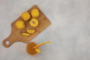 vista superior de duraznos amarillos frescos y jugo