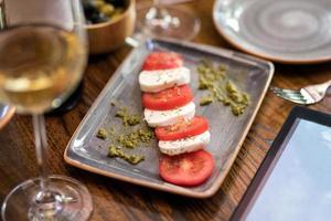 snack de queso y tomate