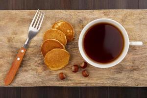 vista superior de panqueques y taza de té