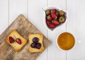 Vista superior de fresas frescas con rebanadas de pan tostado foto