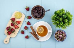 Vista superior de fresas frescas, mermelada y té. foto