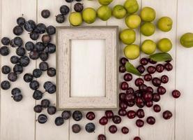 Vista superior de fruta fresca aislado sobre un fondo blanco enmarcado