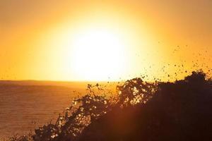 olas del mar en la hora dorada