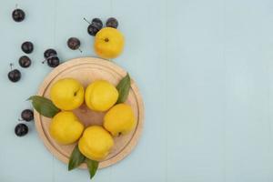 vista superior de duraznos amarillos frescos foto