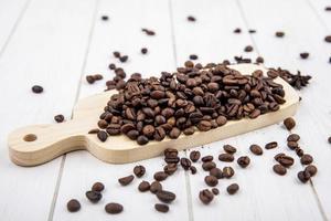 Vista superior de granos de café tostados frescos foto
