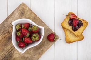 Vista superior de fresas frescas con tostadas foto