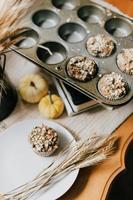 muffins en una placa gris sobre una estilizada mesa marrón