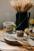 muffin sobre una estilizada superficie plateada