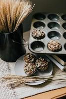 muffins en una placa gris sobre una mesa marrón