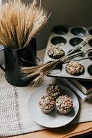 muffins en una placa gris