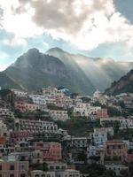 edificios blancos y marrones cerca de la montaña