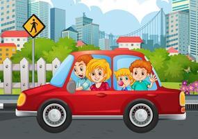 familia feliz en el coche