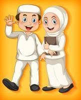 feliz pareja musulmana en amarillo
