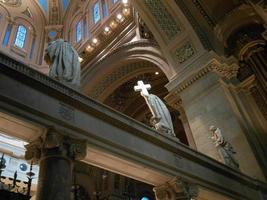 estatuas religiosas en una iglesia