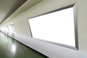 cartelera en blanco en el edificio de la ciudad foto