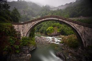 puente de piedra foto