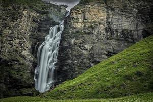Cascada mollisfossen en el norte de Noruega