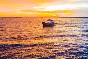 barco al atardecer paisaje marino foto