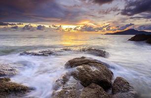 amanecer en la playa rocosa de terengganu, malasia.