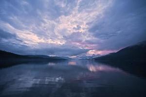amanecer sobre el lago mcdonald foto