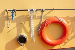 Aro salvavidas naranja en barco de metal foto