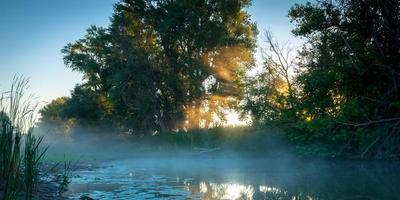 amanecer en el pequeño lago