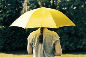 mujer joven bajo el paraguas foto