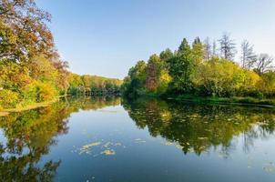 atractivo paisaje otoñal con hermoso reflejo sobre el lago