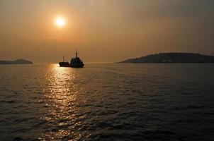 Puesta de sol sobre el puerto del cuerno de oro en Rusia foto